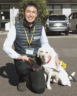 山口センター長と訓練犬のユキちゃん