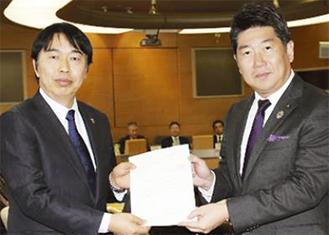 福田市長から回答書を受けとる藤吉議長(左)