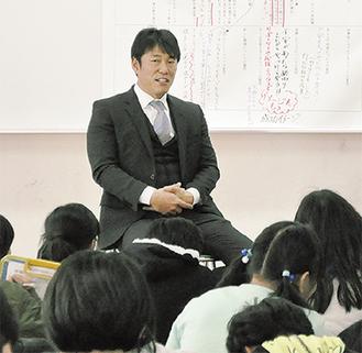 子ども達からの質問に答える井端氏