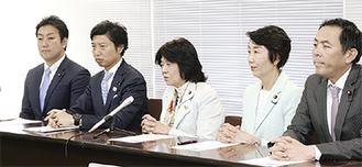 県庁で会見する阿部氏(中央)ら衆議院議員