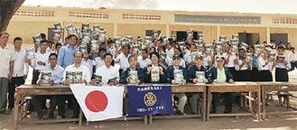 学生たちと記念写真におさまる川崎ロータリークラブのメンバー