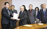 伊藤副市長(左)に手交するメンバー