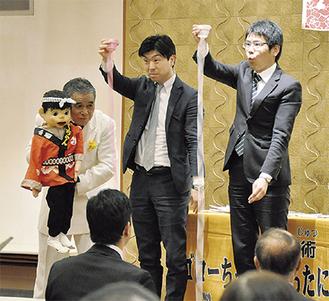 参加者とともにパフォーマンスするしろたにさんと相方のゴローちゃん(左)