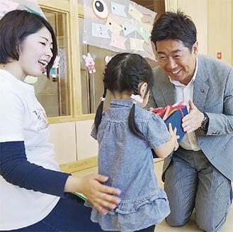 子どもにプレゼントを手渡す福田市長