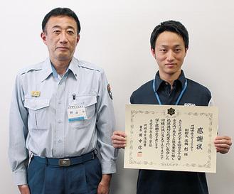 感謝状を手にする高橋さん(右)と田中署長