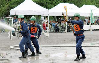 放水を行う消防団員たち