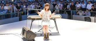ライブ後、ファンと記念撮影する川嶋さん