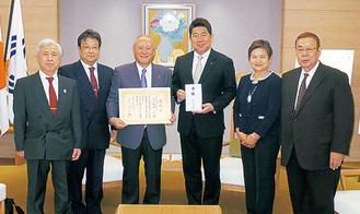 目録を手にした福田市長(右から3番目)を囲む会のメンバー