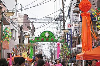 七夕飾りで彩られる中島中盛会