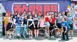 敢闘門前で記念撮影をする参加者と選手たち