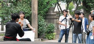 撮影に取り組む川中島小卒業生ら(若宮八幡宮)