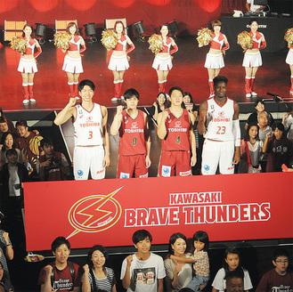 ファンと記念撮影をする、新ユニホーム姿の藤井選手(左から2人目)ら