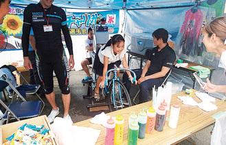 競技用自転車をこいでかき氷を作る「チャリ氷」