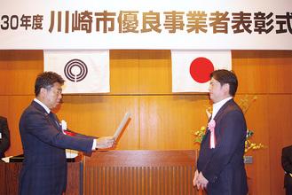 福田紀彦市長(左)から表彰状を受け取る事業者