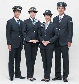 運転士新制服(左2人)と事務員新制服