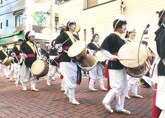 桜本商店街を練り歩くプンムルノリの隊列(昨年)