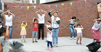 「ガーデンダンス」を踊るはたらくらすのメンバーと来場者