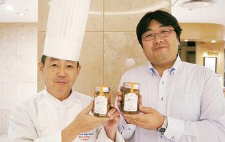 ピクルスを手にする神子田総料理長(左)と西野さん