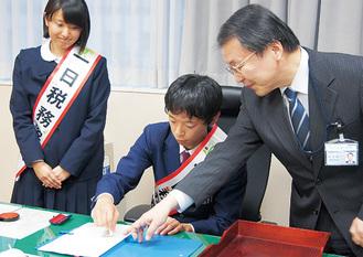 模擬決済をする安田さん(中央)と小川さん(左)