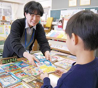 児童に本を紹介する学校司書