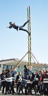 高さ7メートルの梯子で大技を披露した