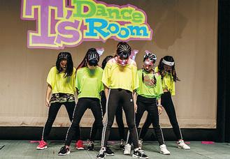 小学生Girls HIP-HOPクラスのステージ