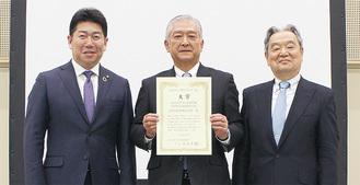 右から足立会長、信号機材(株)の前島敏雄社長、福田市長