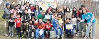記念写真に納まる卒会生4人(中央)、スタッフ、OBOGら