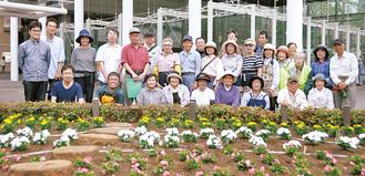 集合写真に納まる同会会員とNECプラットフォームズの職員たち