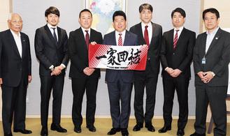 直筆サイン入りタオルを市長に贈った佐藤HC(右から2人目)ら
