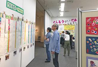 様々な展示物に見入る人たち