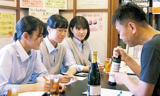 メモを取りながら話を聞く坂口さん、宮島さん、鈴木さん(左から)