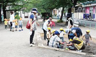 公園で遊ぶ園児ら(中原区)