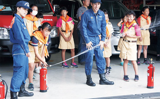 結成式後、水消火器訓練を行う幸地区のクラブ員