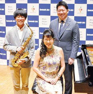 記者会見に臨んだ文梨さん、国府さん、福田市長(左から)