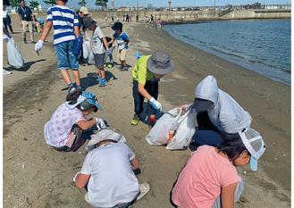 集中してゴミ拾いする児童たち