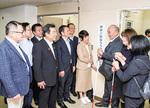 三田さん(右から3人目)らと盲ろう者支援センターの開設を喜び合うメンバー(左側)