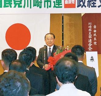 講演を行う田中大臣