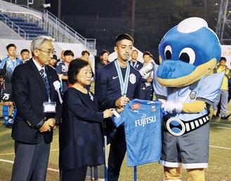 石渡俊行賞の授与に立ち合う美彌子さん(左から2番目)ら