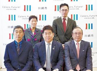 小林さん(後列右)と飯田さん(前列左)