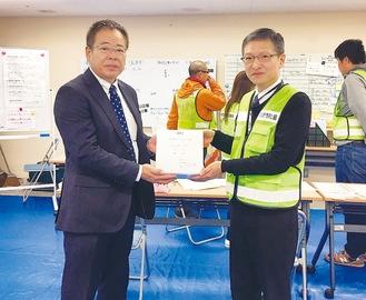 杉山氏(左)から関川氏に寄贈した