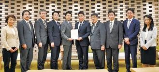福田市長(右から5番目)に要望書を手渡す議員団