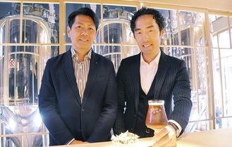 「宵のいろ」を手にする醸造技師の田上さんと主人の岩澤さん