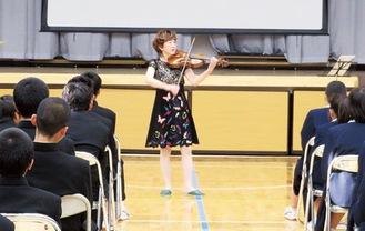 バイオリン演奏を披露する大谷さん