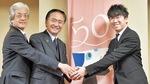 左から神奈川フィルの上野孝理事長、黒岩祐治知事、常任指揮者の川瀬賢太郎氏