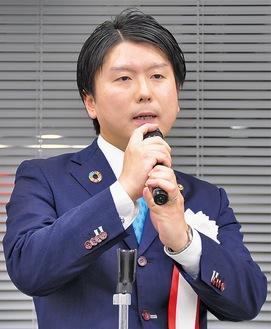 持論を展開する田中県議