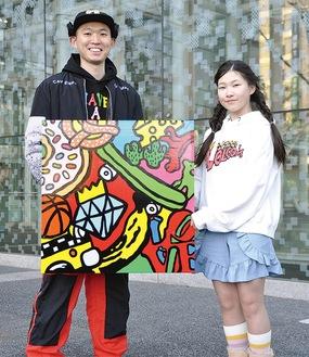 来場を呼び掛ける「Love&Peace」をテーマにした人気アーティストのSHETA(シータ)さん(左)と13歳ガールズスノーボーダー星更沙さん