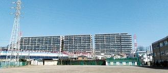写真右側の校舎と比較すると高さがわかる