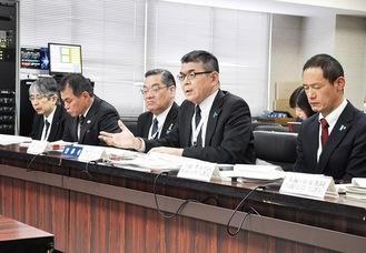 文教常任委員会で説明する市職員