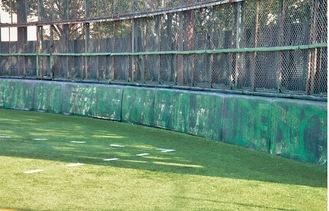 川崎球場時代から残る外野フェンス